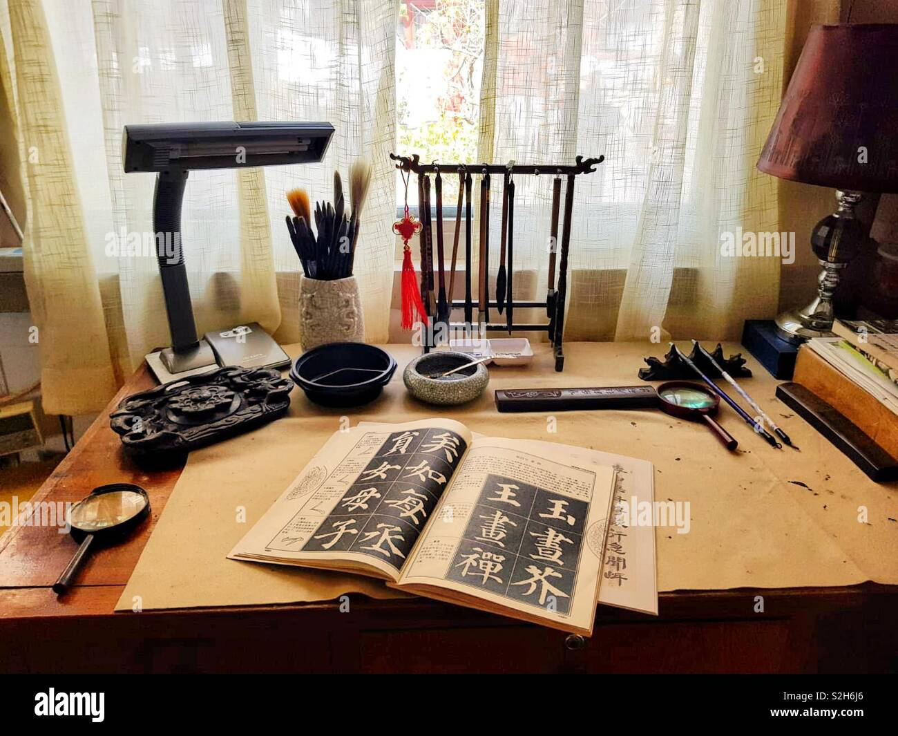 Eine traditionelle chinesische Kalligraphie Schreibtisch Stockbild