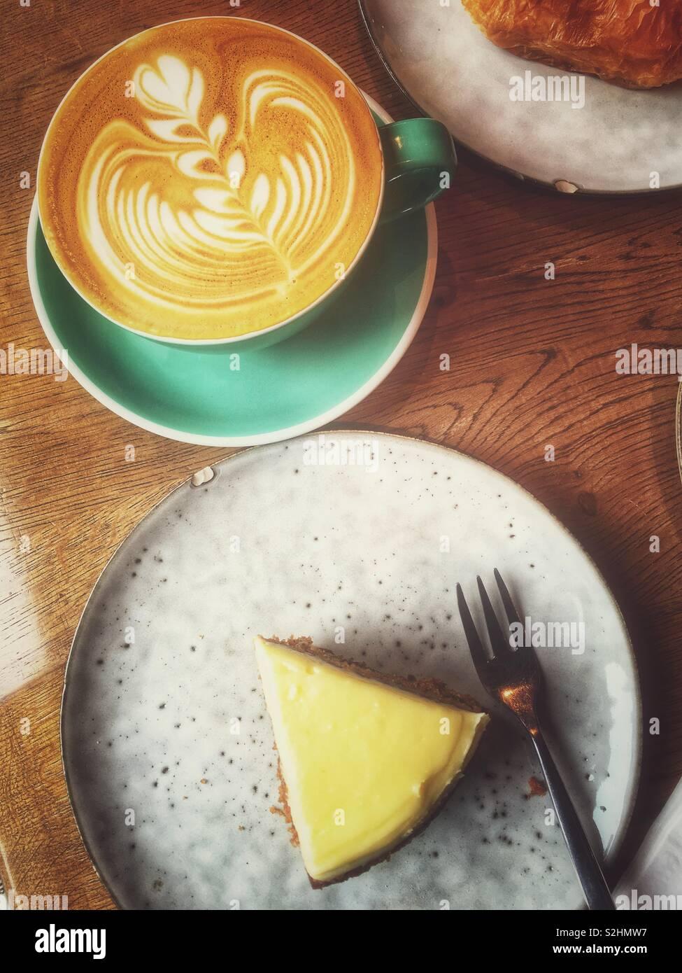 Kaffee und Dessert in einem Café. Stockbild