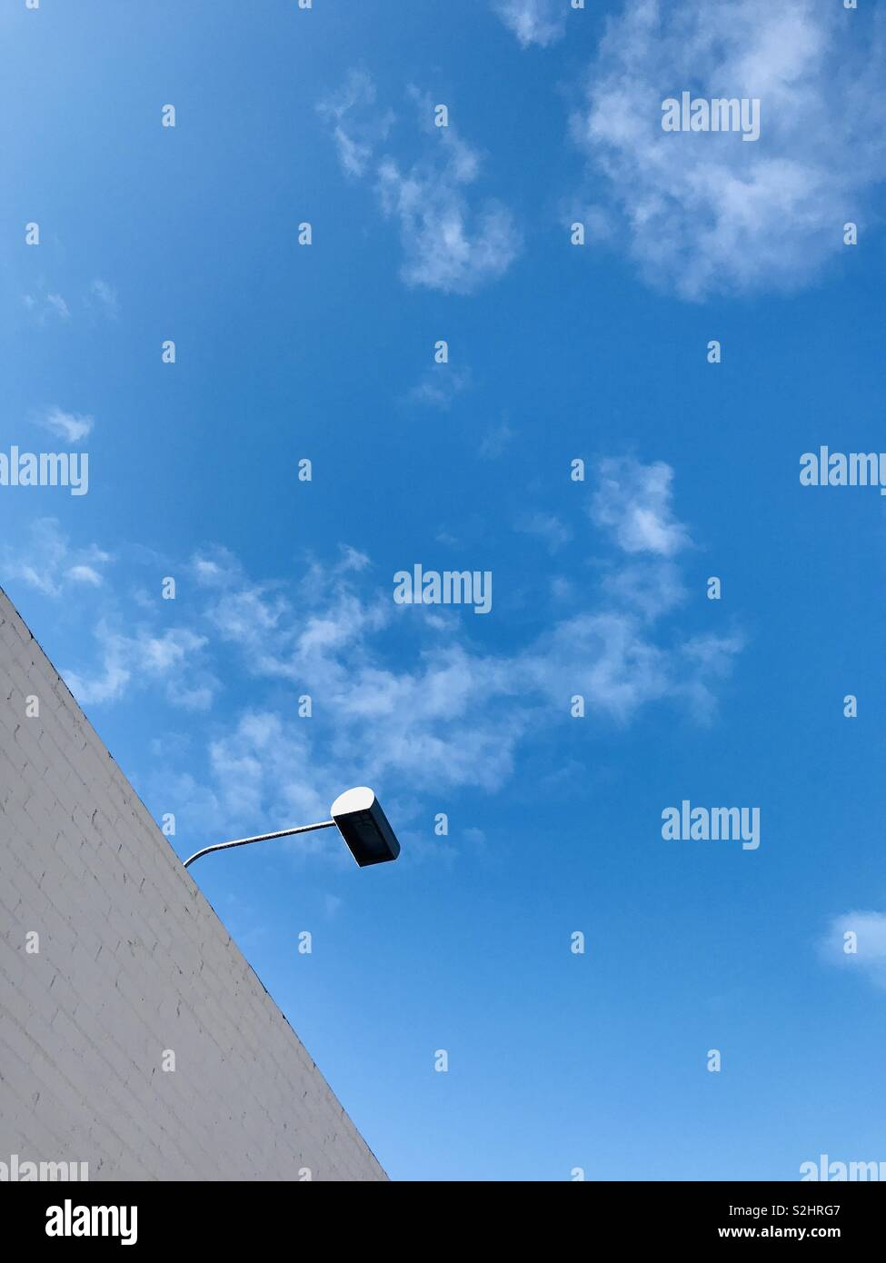 Eine Lampe hängt von einem Gebäude. Stockbild