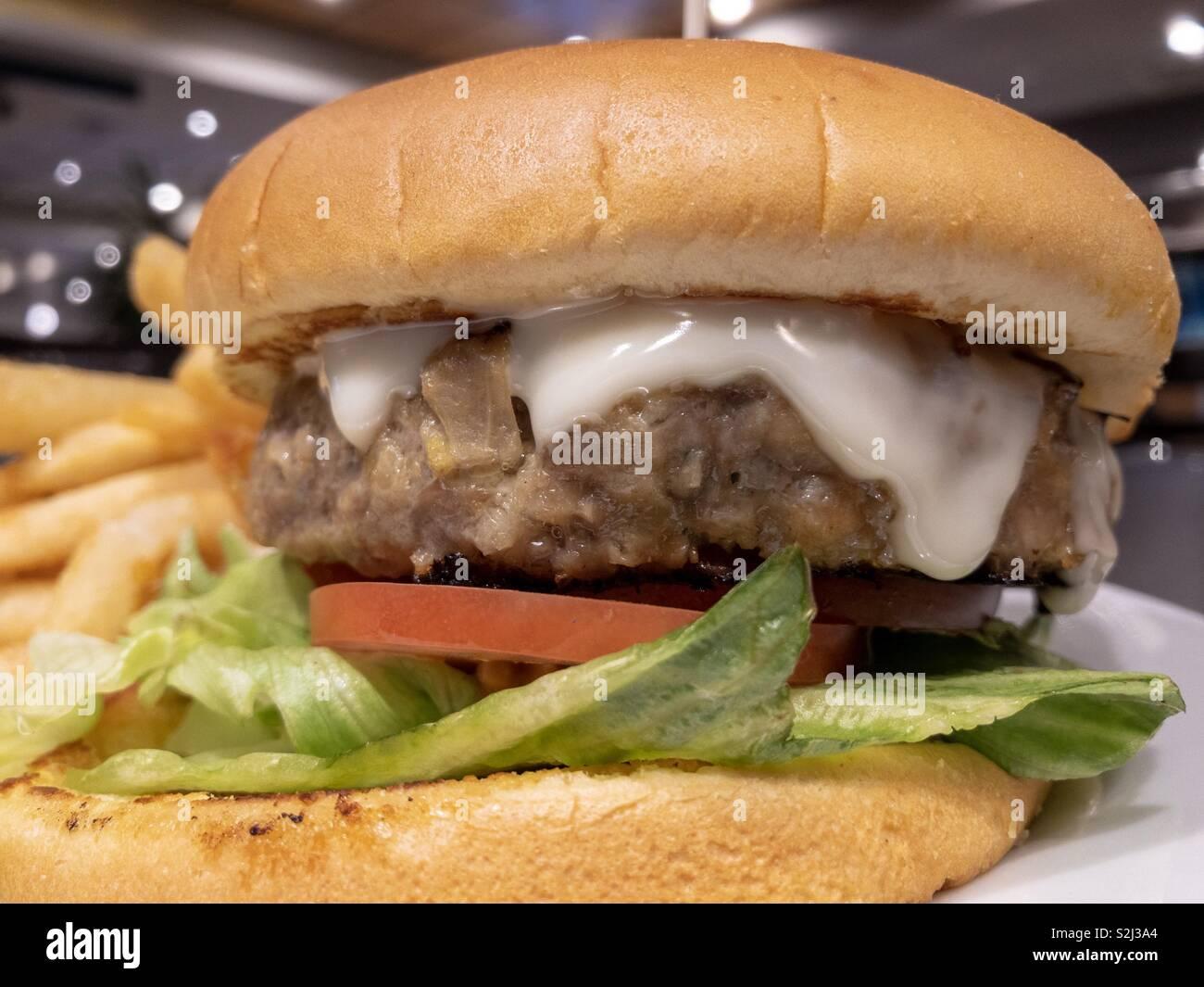 Hamburger closeup bei einem Abendessen. Stockbild