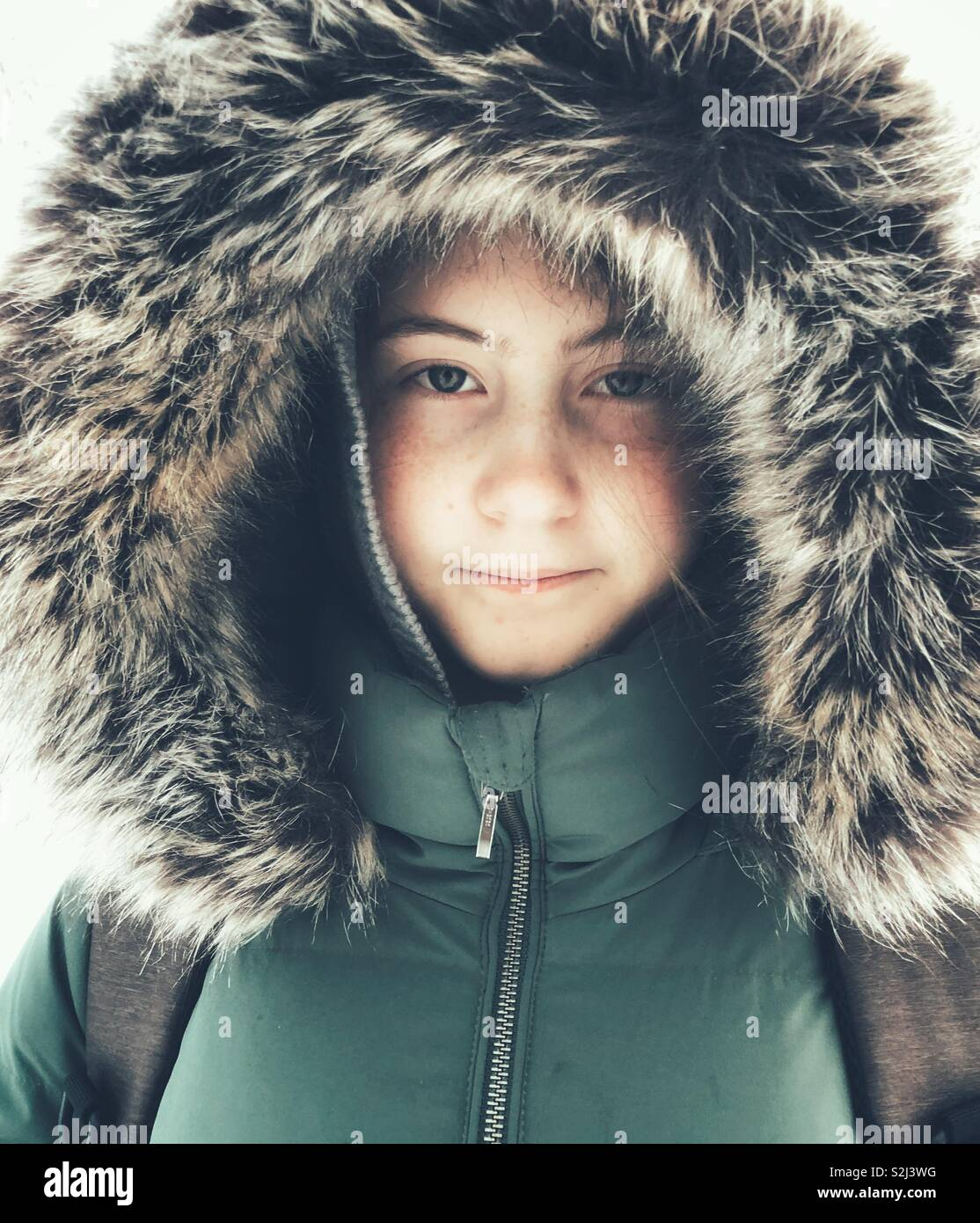 premium selection dafb7 6ceea Portrait von jugendlich Mädchen tragen grüne winter Parka ...