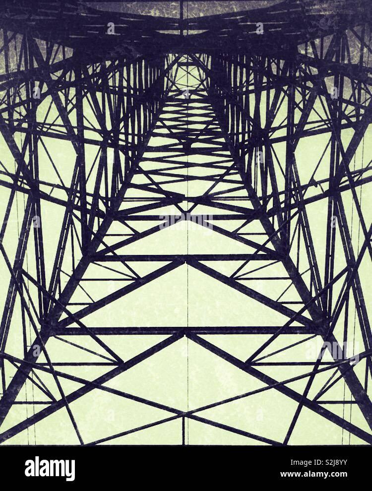 Auf der Suche nach oben von unter einem Strom pylon Stockfoto