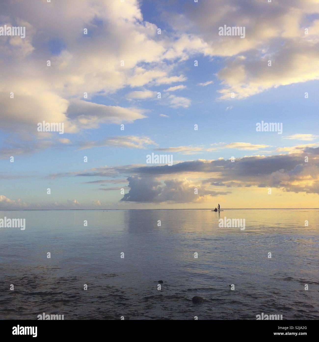 Paddel Silhouette auf der Lagune bei Sonnenuntergang Stockbild