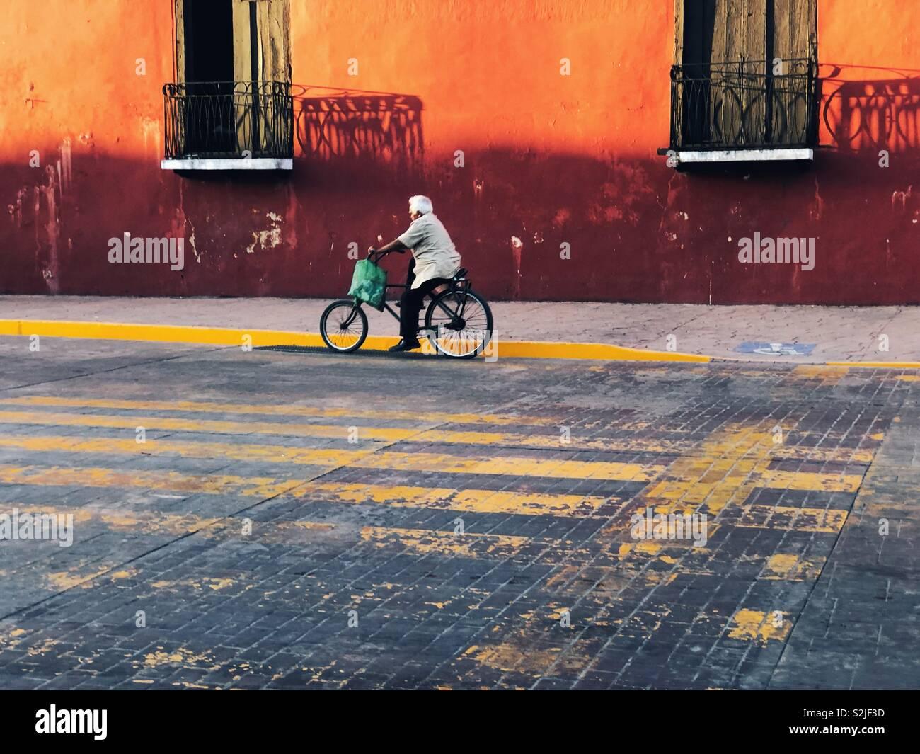 Mann auf dem Fahrrad auf der Straße ofValladolid, Mexiko Stockbild