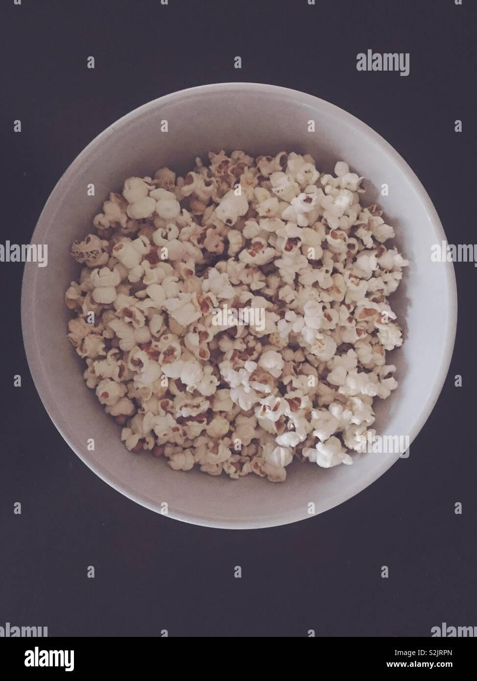 Hausgemachte Popcorn in der Schüssel. Keine Mikrowelle. Stockbild