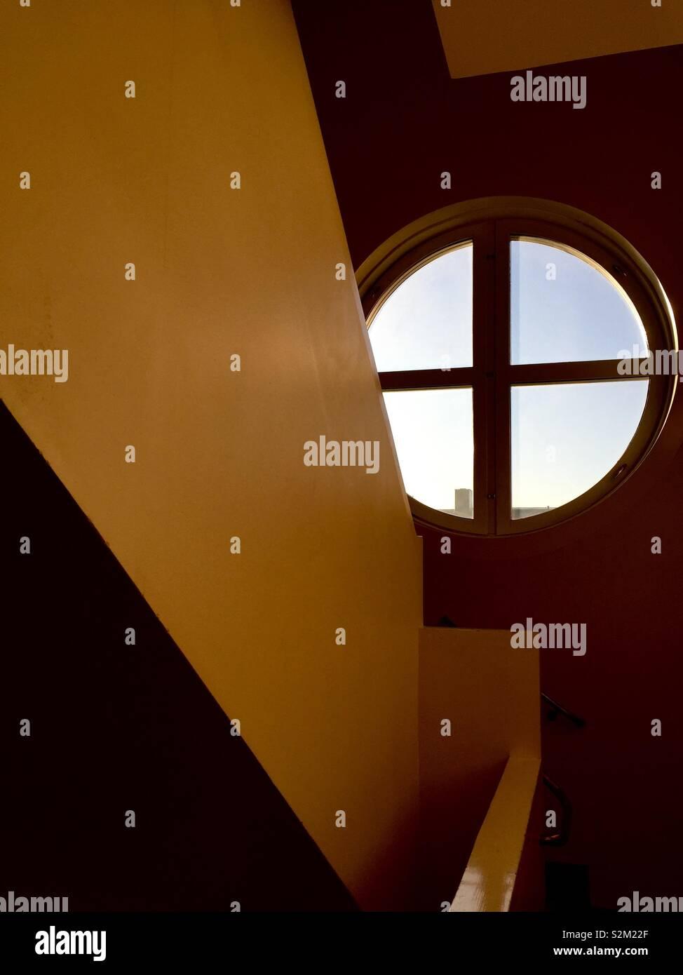 Treppenhaus und Fenster Stockfoto
