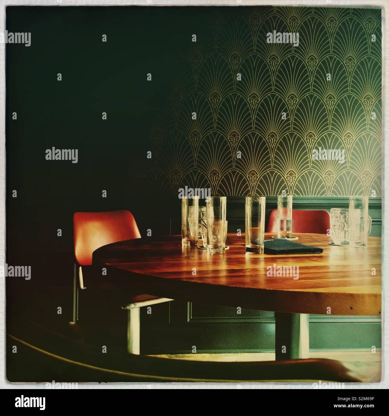 Restaurant Tisch mit Gläsern Stockfoto
