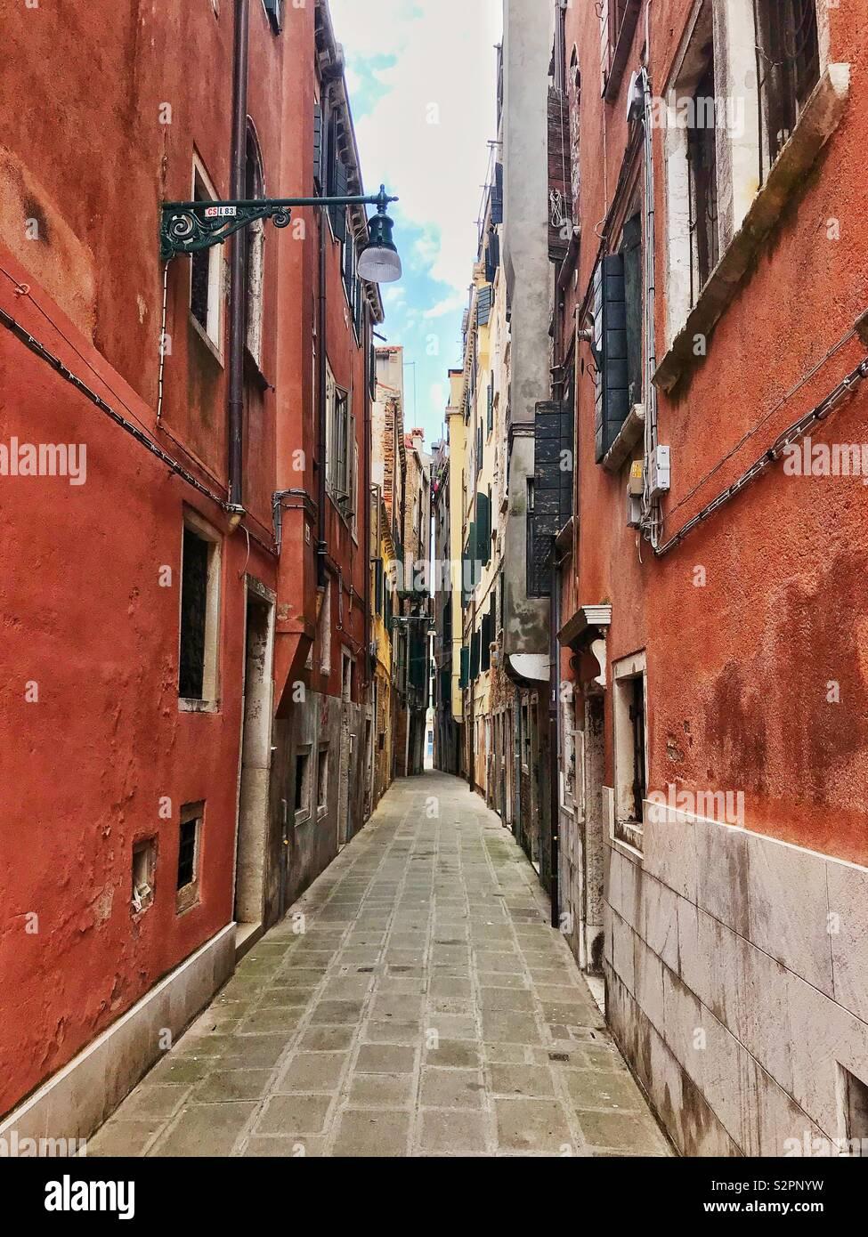 Venezianische Straße verwandelte sich in eine Gasse, wo Gebäude fast berühren. Italien, 12. Juni 2019. Stockbild
