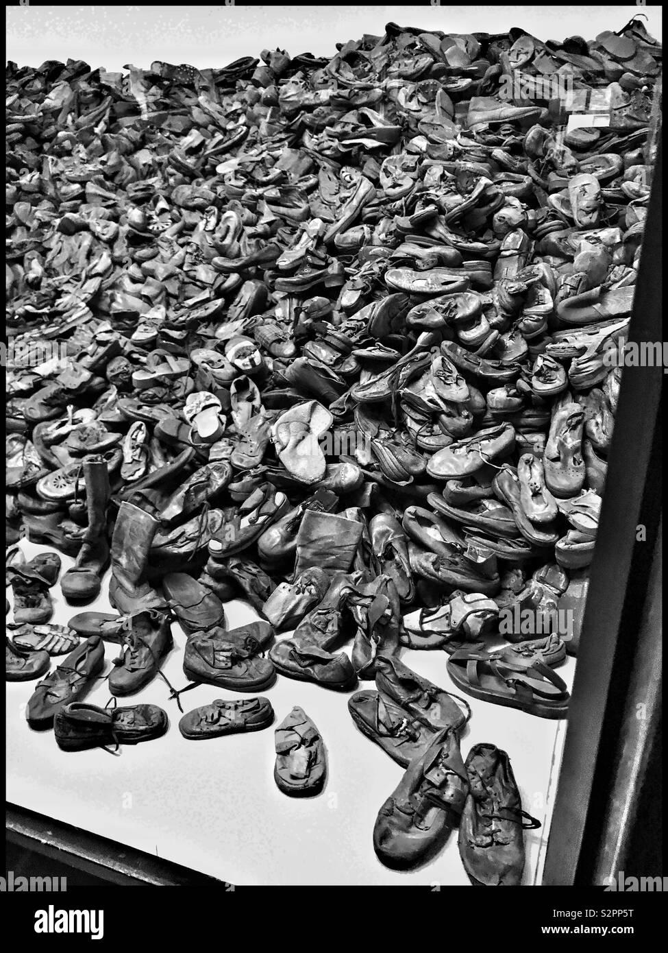 Ein unglaublicher Anblick - einen riesigen Haufen von beschlagnahmten Schuhe: von Opfern des NS-Völkermords besessen. Teil einer Anzeige an das ehemalige Konzentrationslager Auschwitz, die jetzt ein Museum. Pic. © CH Stockbild