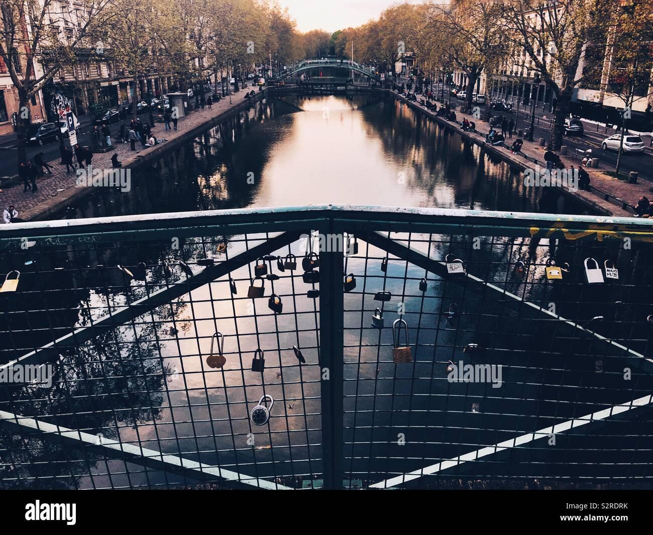 Liebe Schlosser Schmucken Brucke In Paris Stockfoto Bild