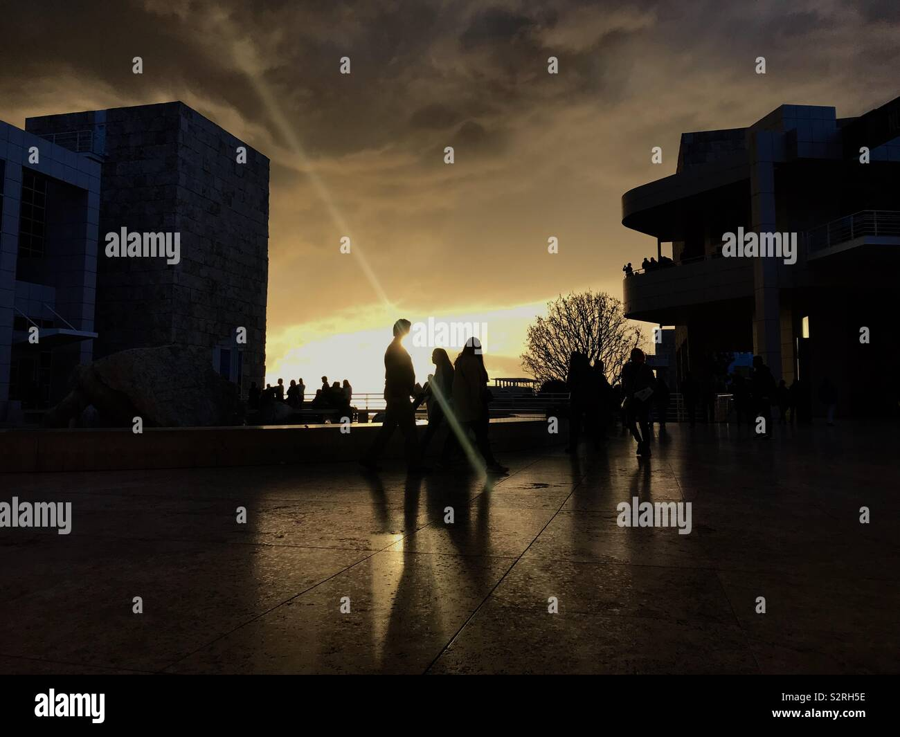 Sonnenuntergang am Getty Center in Los Angeles, CA nach dem Sturm. Stockfoto