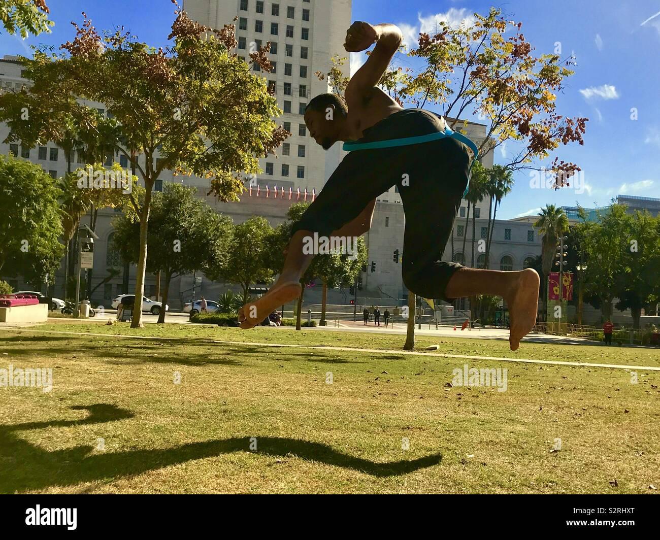 Martial Artist Praktiken seine Stöße und Spins im Park Stockfoto