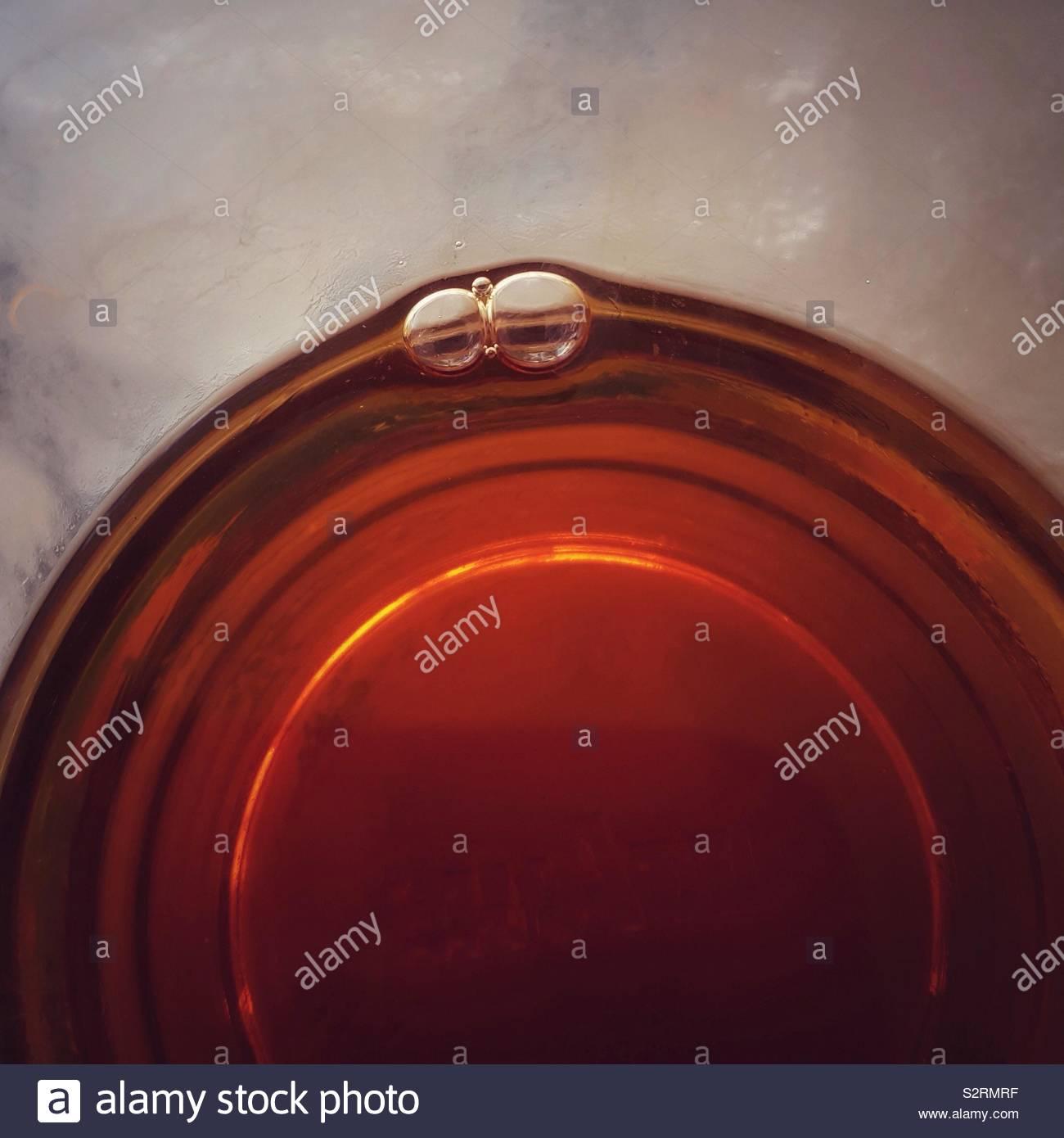 Tasse Tee in der Nähe von direkt über Stockfoto