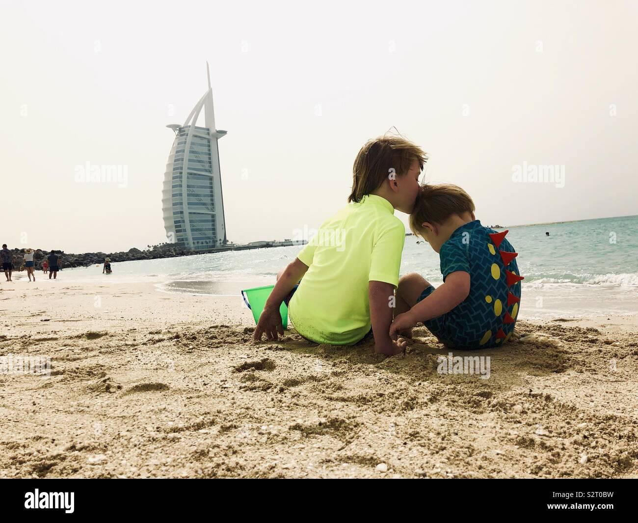 Zwei Jungs am Strand Stockbild
