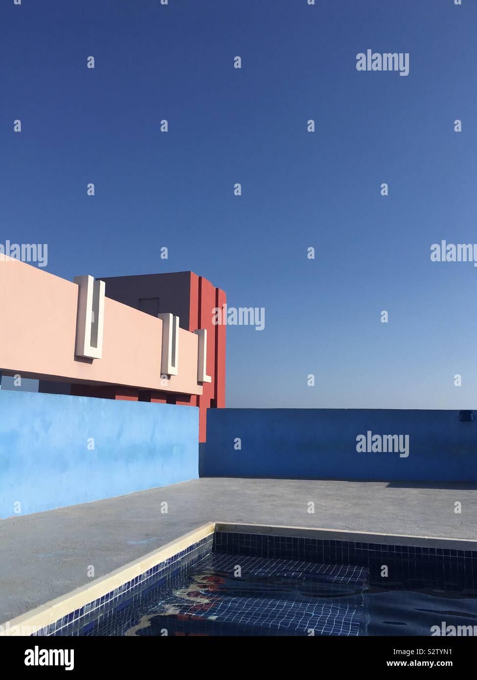 Farbenfrohe Gebäude mit einem Swimmingpool auf dem Dach. Stockfoto
