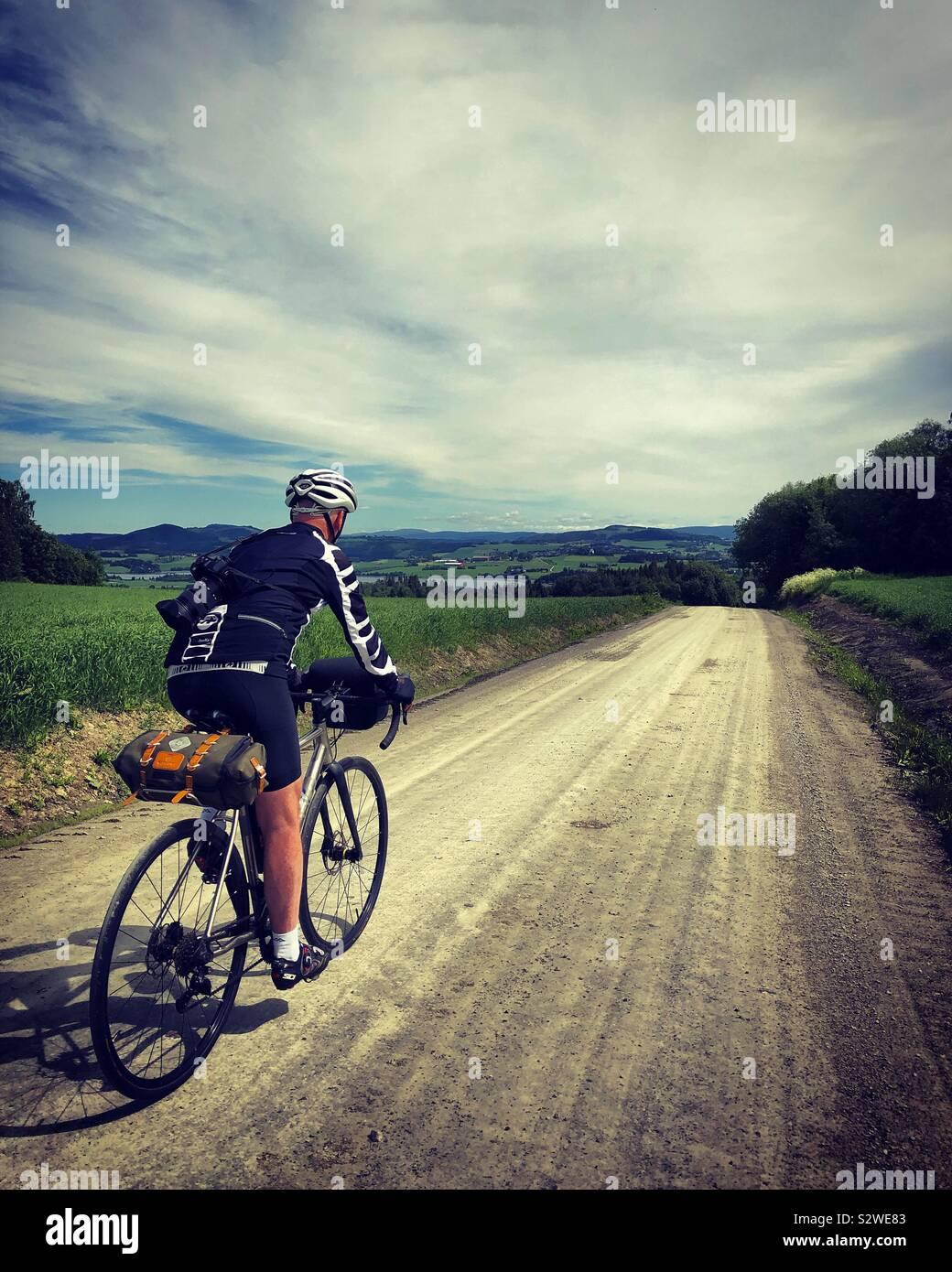 Männliche Radfahrer reiten die Schotterpisten in der Nähe von Trondheim, Norwegen. Stockfoto