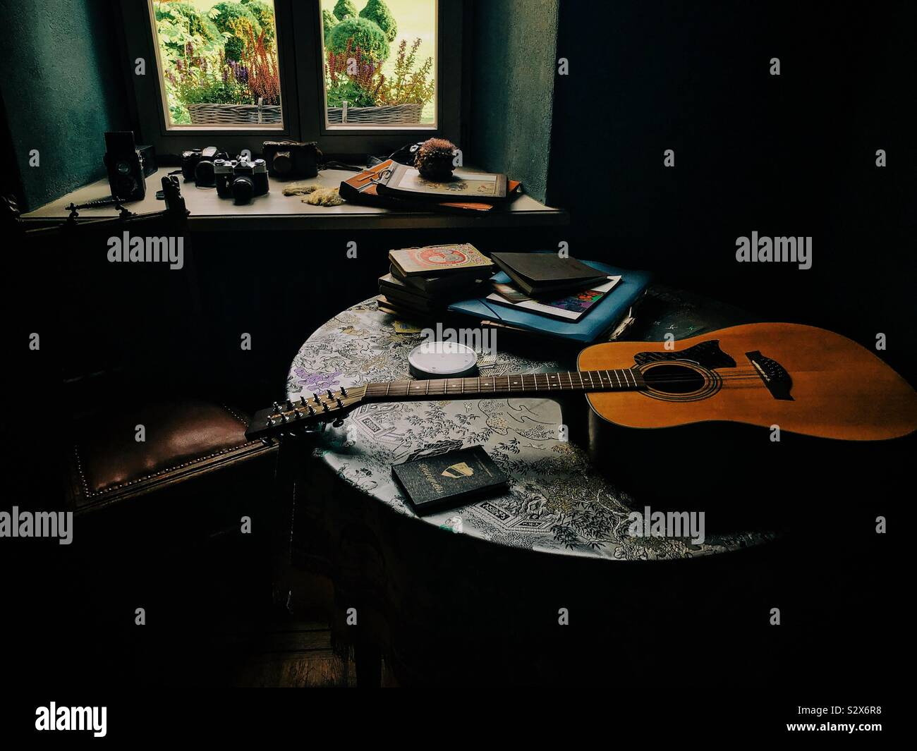 Stillleben mit Bücher und die Gitarre Stockfoto
