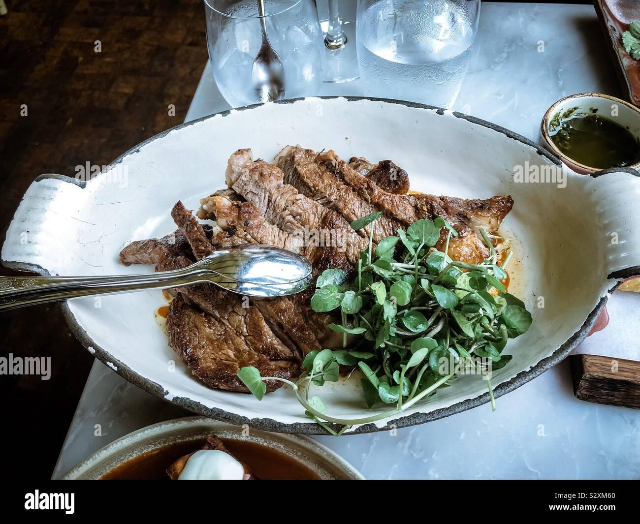 Ribeye Steak Geburtstag Mahlzeit an Ente und Waffeln Stockfoto