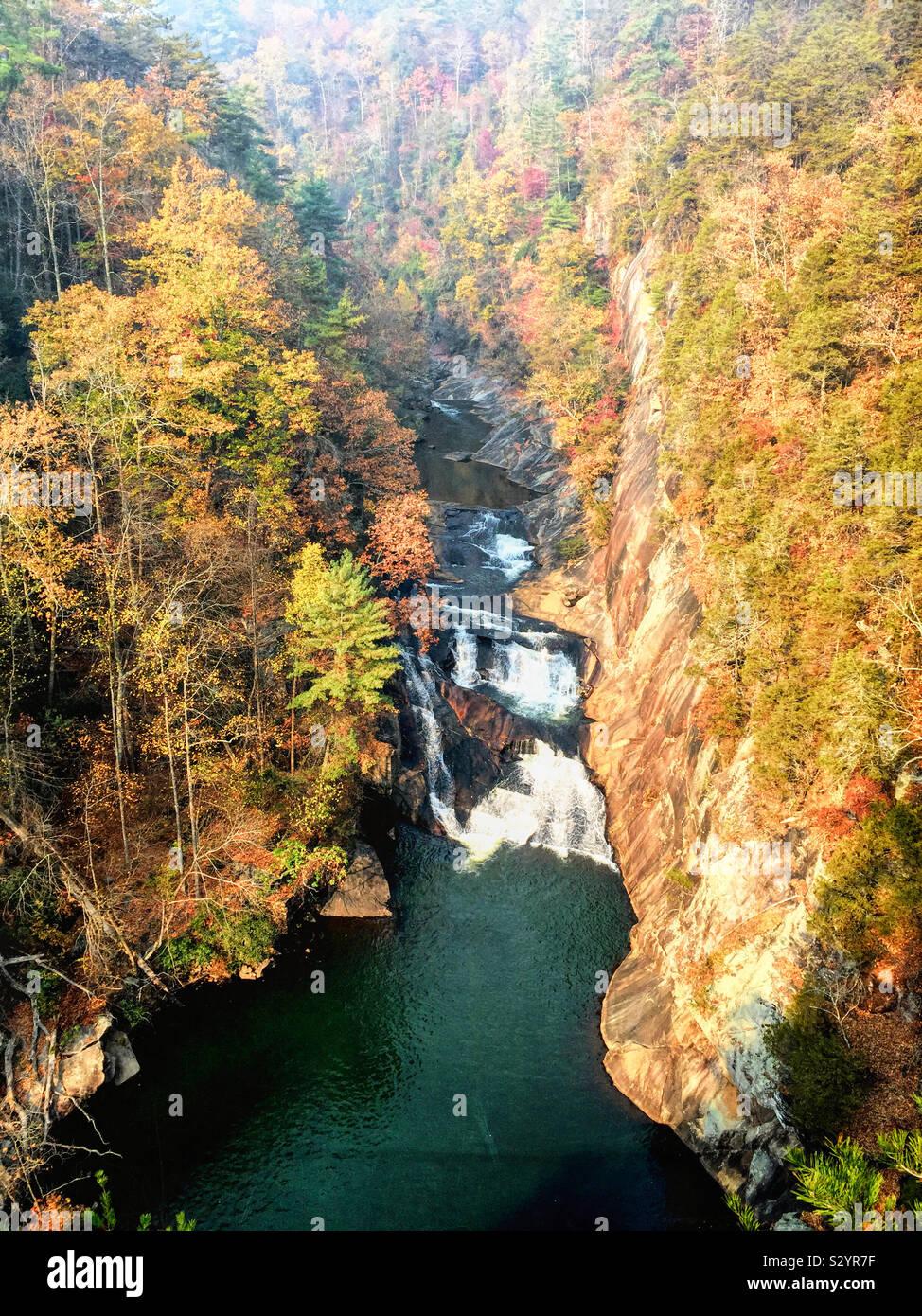 Mit Blick von oben in Tallulah Gorge an Tempesta fällt und Hawthorne Kaskade und Pool auf dem Tallulah River in Wapakoneta fällt Georgien. Herbst Blatt Farbe auf die Blue Ridge Mountains. Stockfoto