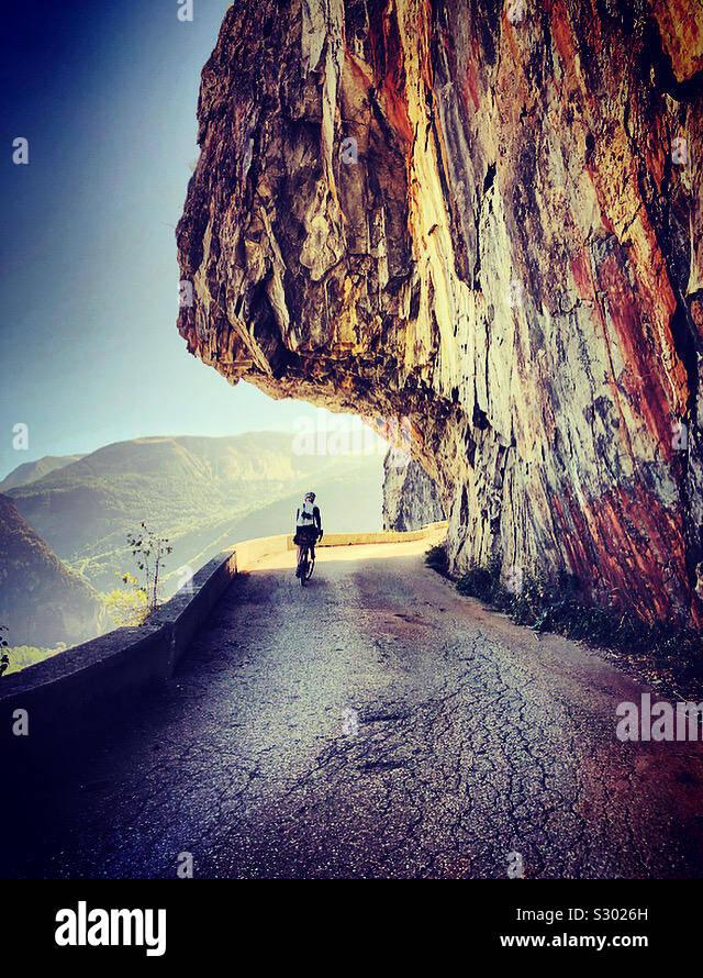 Radfahren auf alpinen Balkon Straße nach Villard Notre Dame. Stockfoto