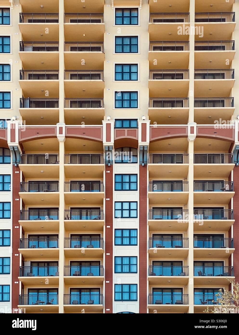 Gebäude mit bunten Reflexionen von blauer Himmel unter Windows Stockfoto