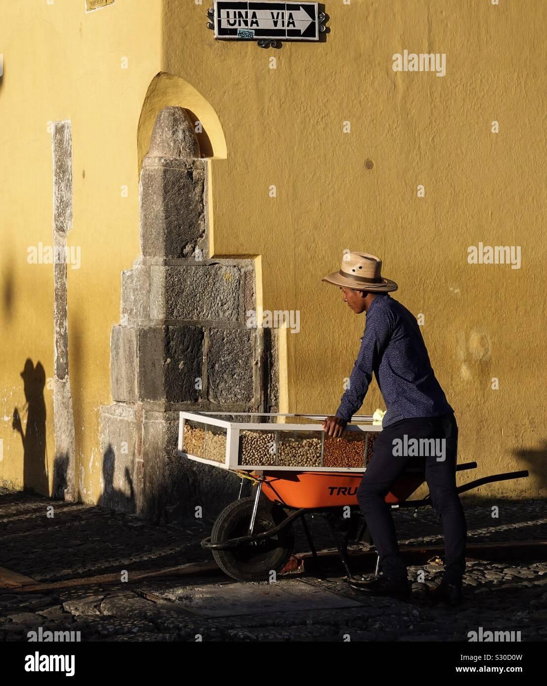 Reisen Mutter Verkäufer in Antigua, Guatemala Stockfoto