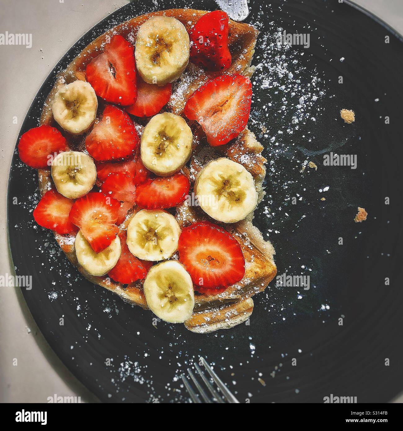 Belgische Waffeln in Obst und Zucker abgedeckt Stockfoto