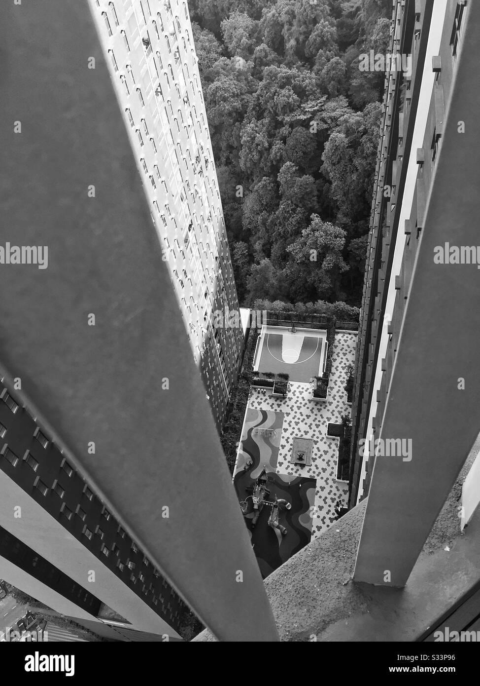 Blick auf den Basketballplatz vom Dach eines Hochhauses. Stockfoto