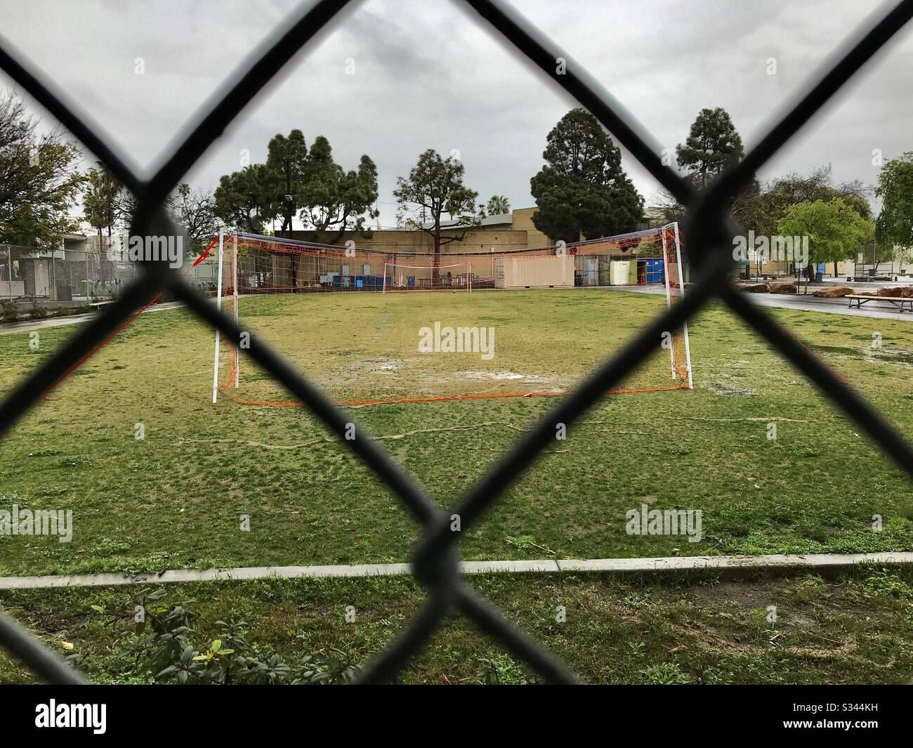 Leeres Fußballfeld an einem regnerischen Nachmittag. Stockfoto