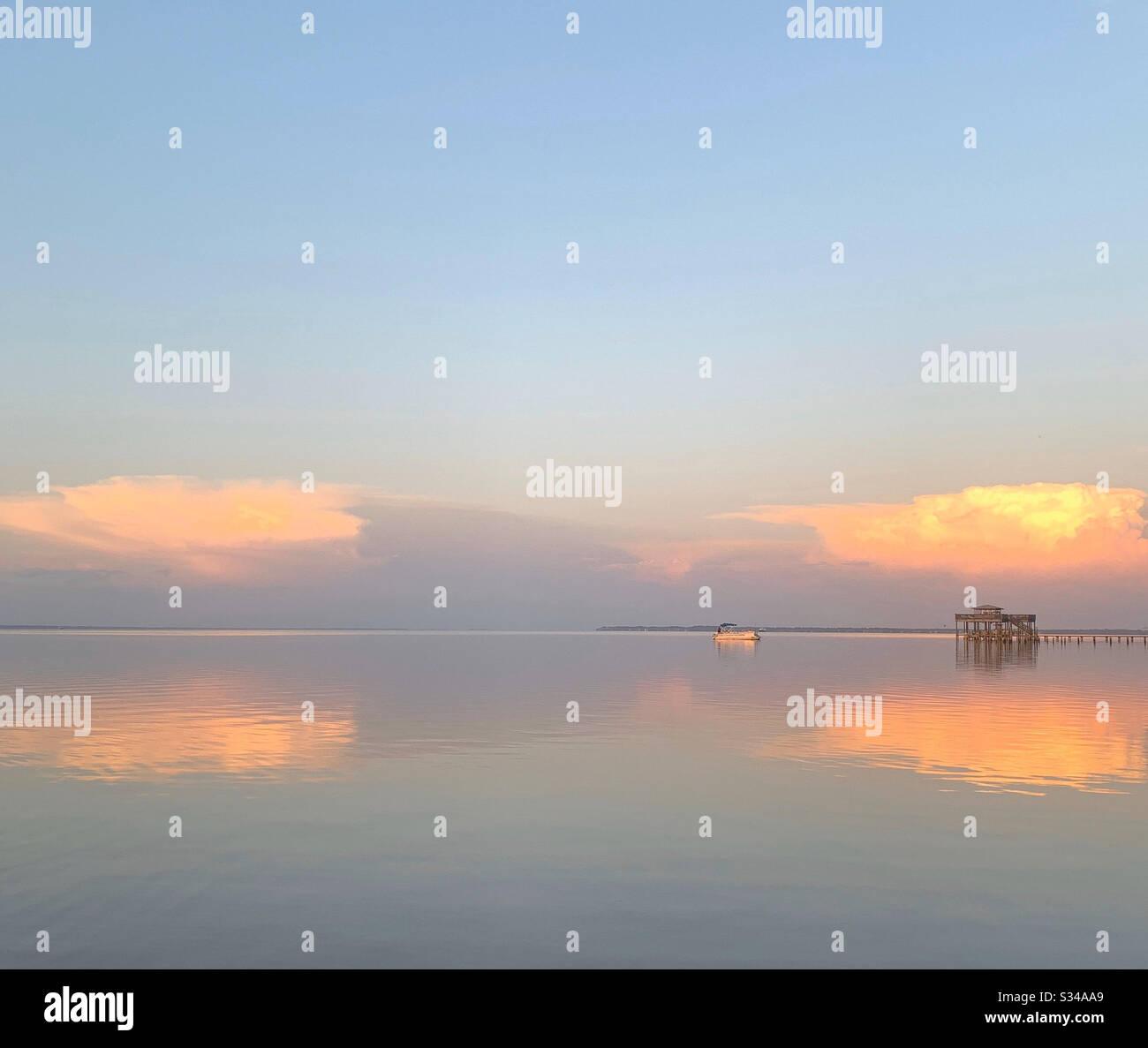 Wunderschöner Sonnenuntergang über der Choctawhatchee Bay mit farbenfrohem Himmel und Lichtreflexionen auf das Wasser Stockfoto