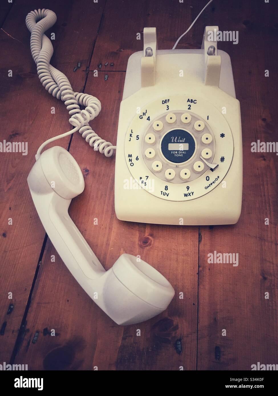 Telefon im alten Stil auf Holzhintergrund Stockfoto