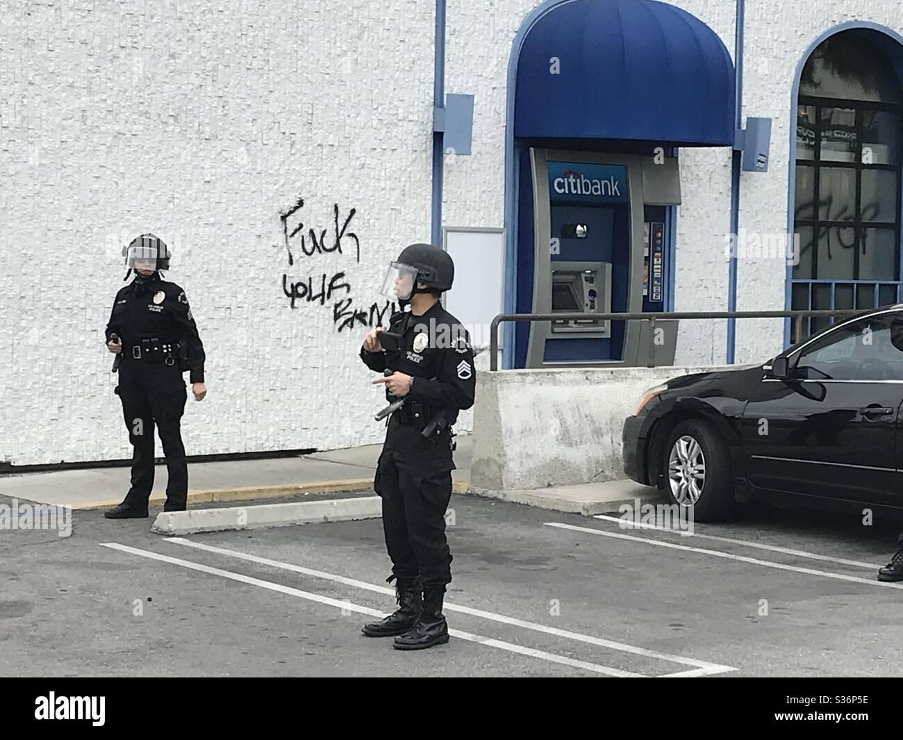 Die Polizei steht bereit, als die Proteste eskalieren Stockfoto