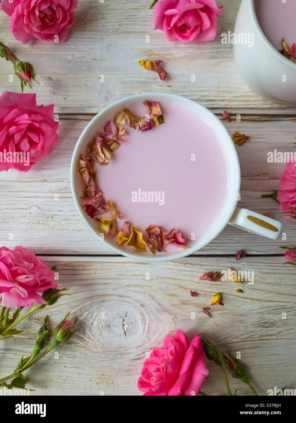 Traditionelle indische trinken rosa Mond Milch Stockfoto