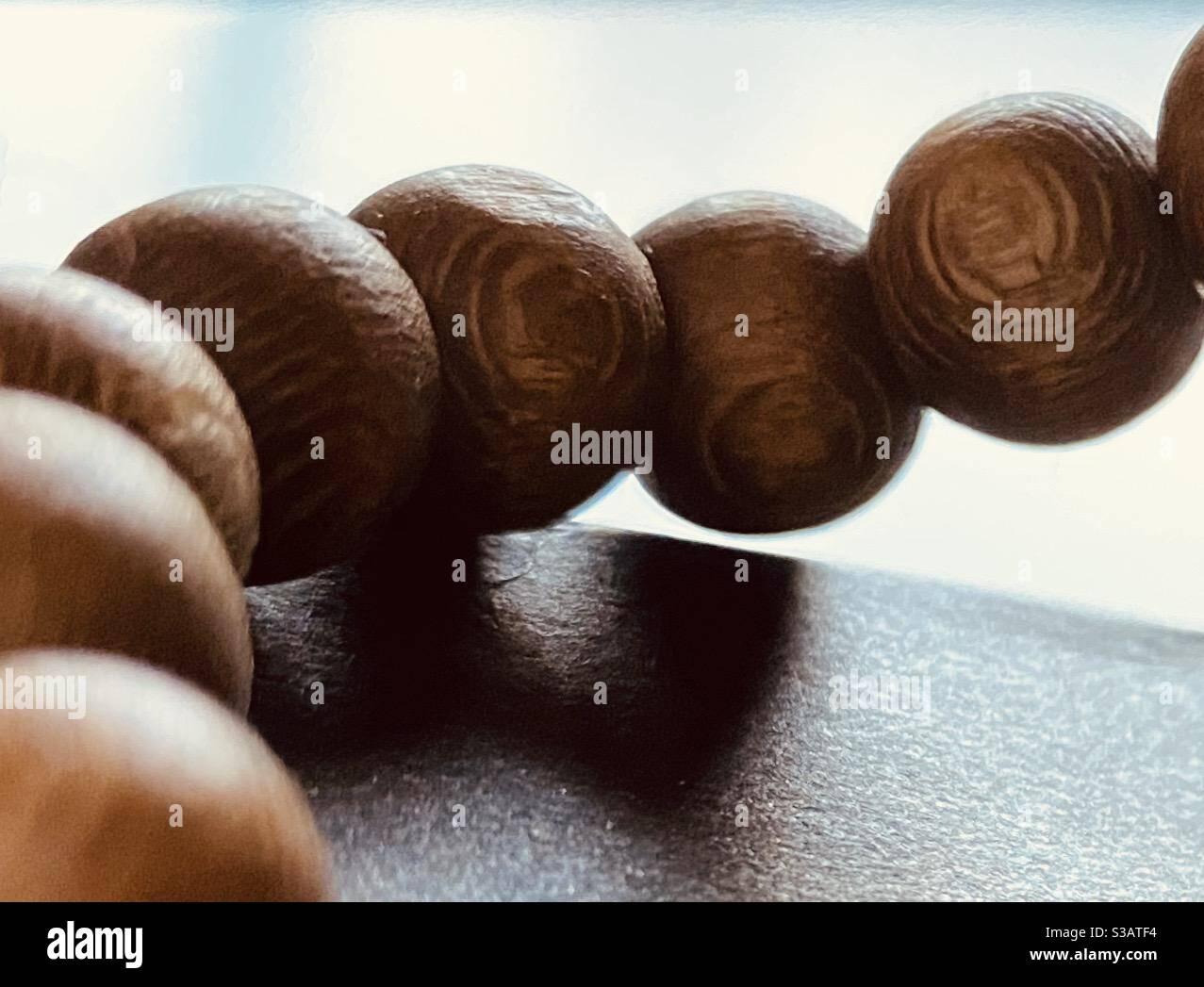 Braune runde Holzperlen Stockfoto