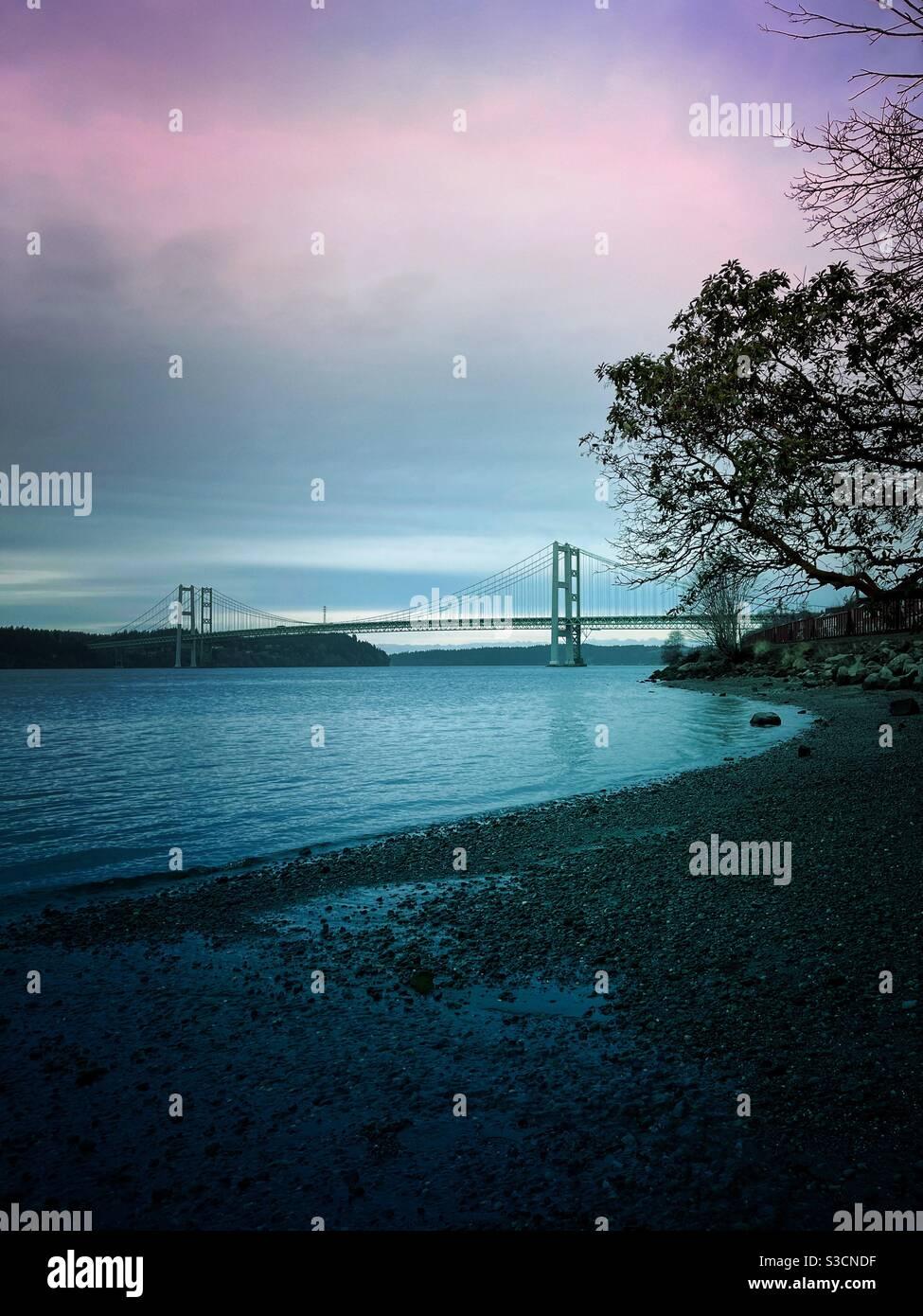 Tacoma Narrows Brücke vom Strand aus gesehen Stockfoto