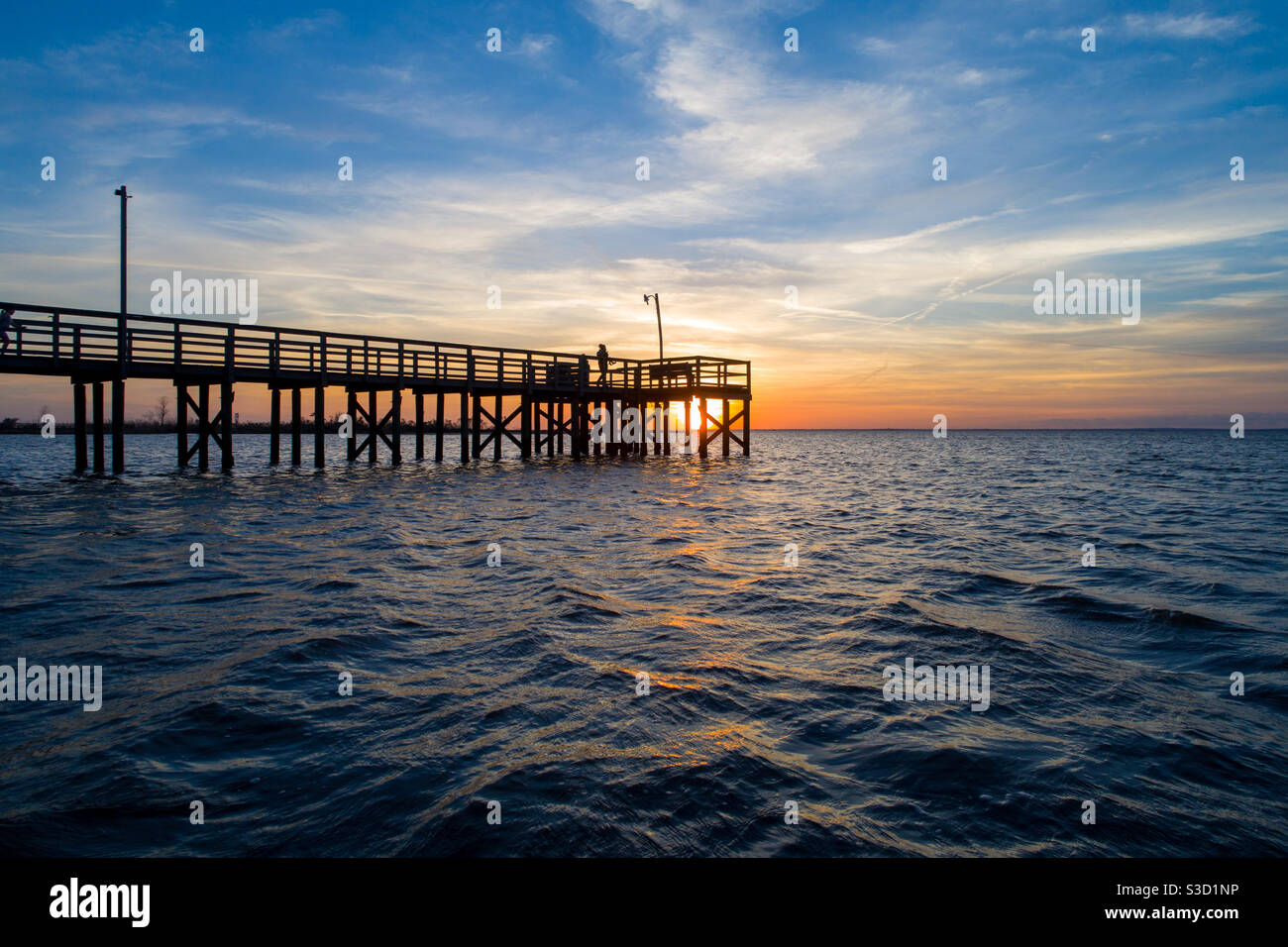 Pier bei Sonnenuntergang im Januar 2021 Stockfoto