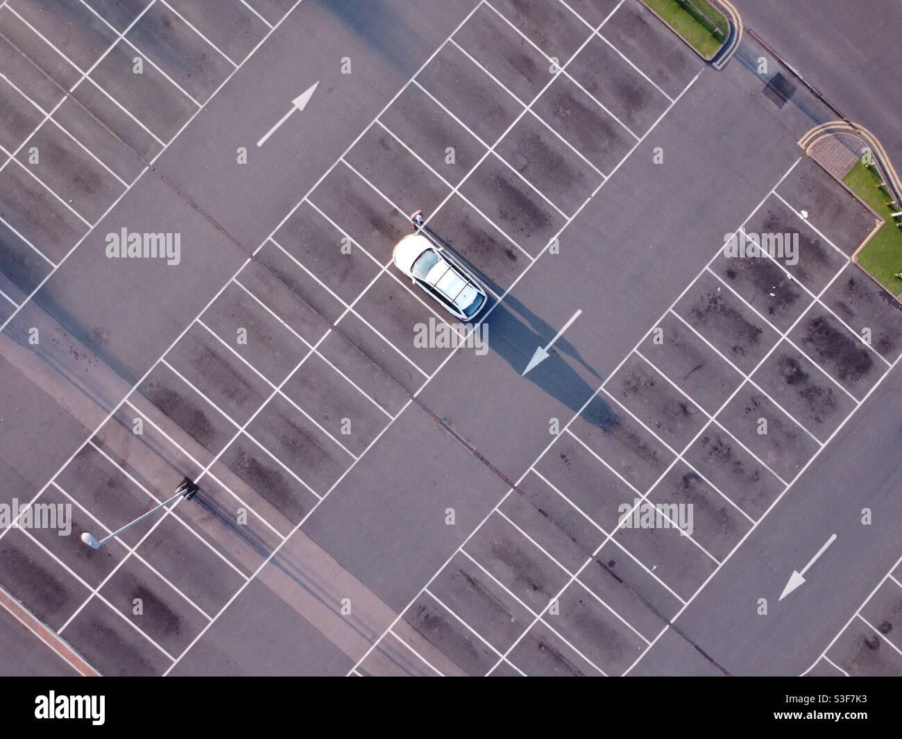 Ein Auto auf dem Parkplatz Stockfoto