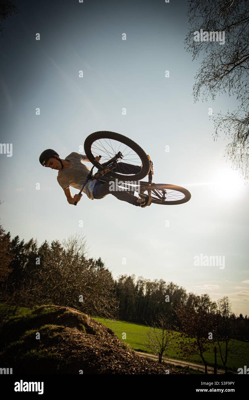 Flatspin/Nosedive 360 auf einem Dirt Jump Bike Stockfoto