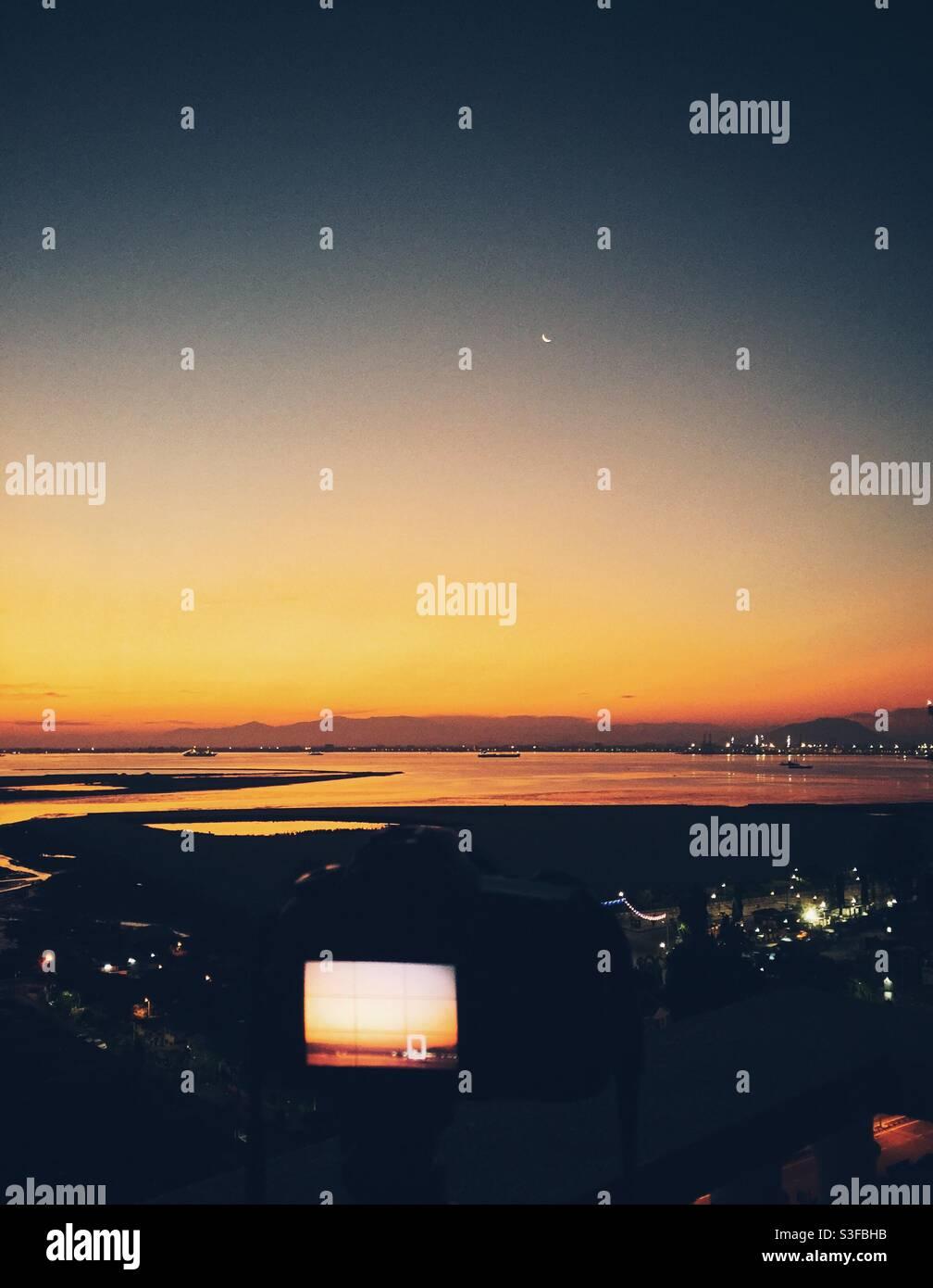 Einrichten einer Kamera für eine Landschaftsaufnahme. Stockfoto