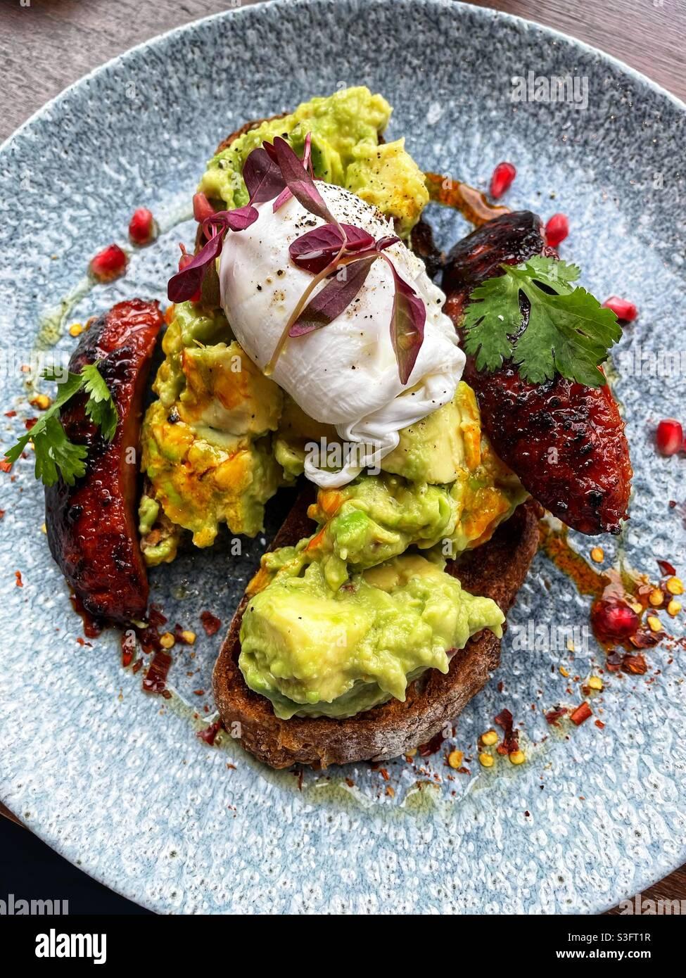 Frühstück der Millennials- Avocado auf Toast… Stockfoto