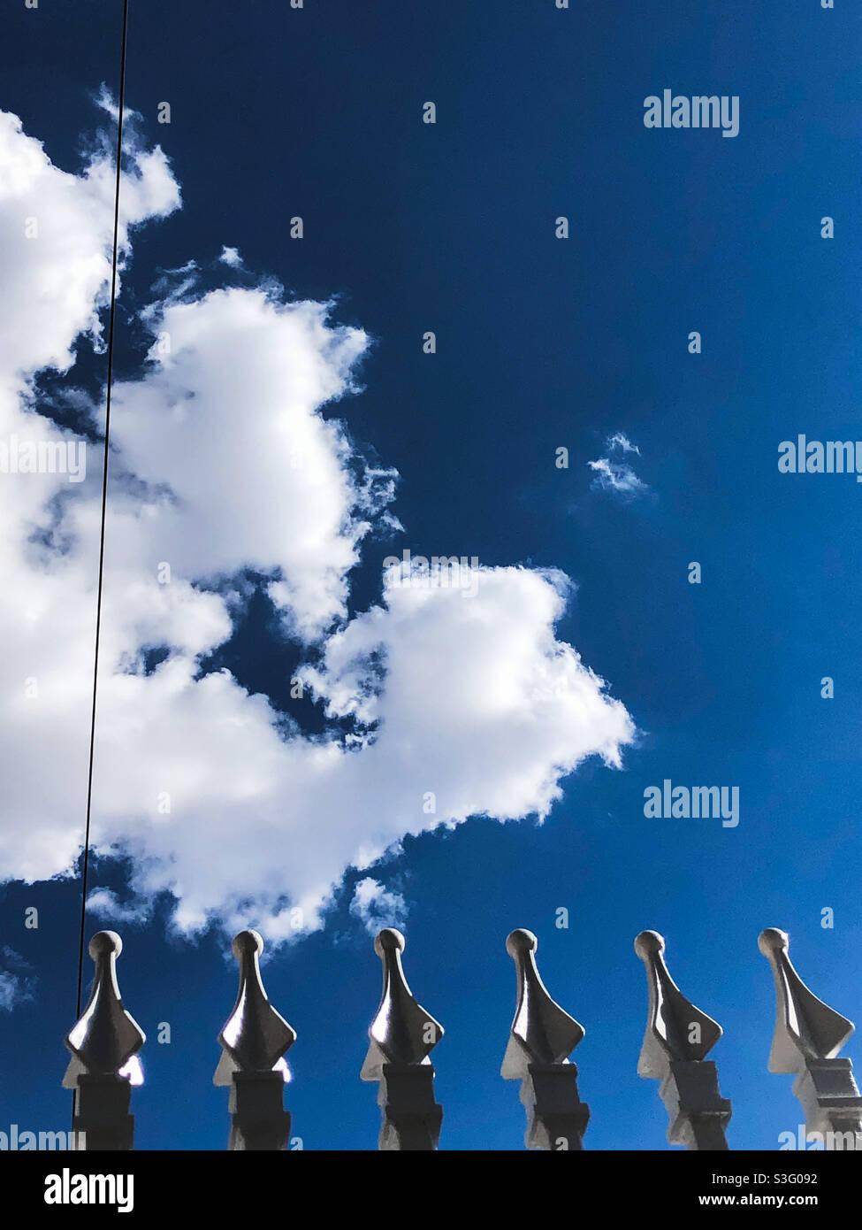 Spitzen im Himmel Stockfoto
