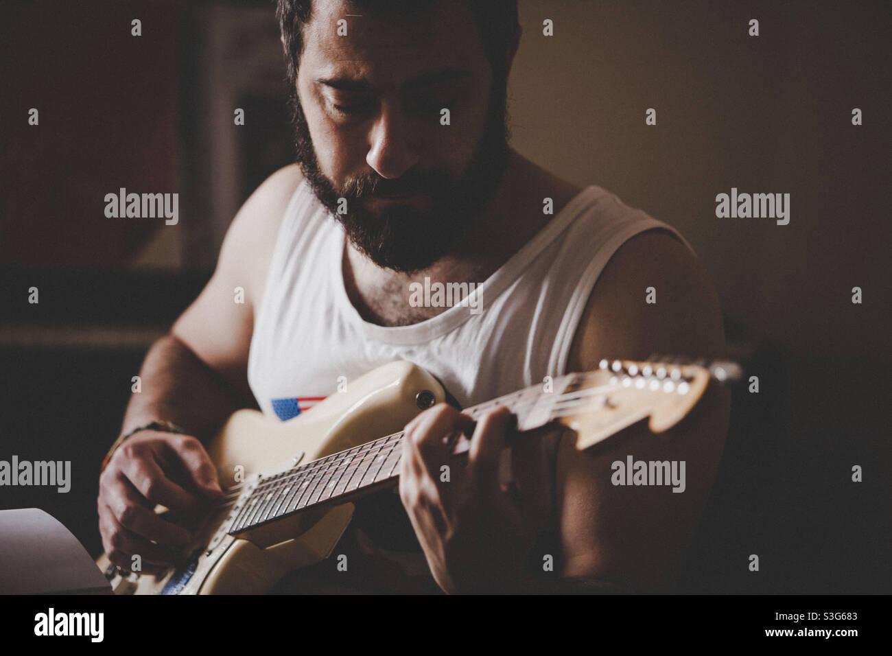 Gitarrist mit seinem stratocaster Stockfoto