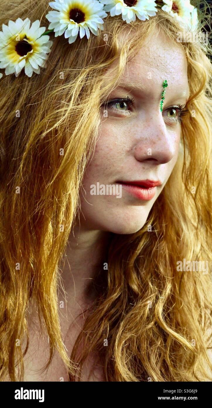 Mädchen mit langen Haaren und Blumenkranz im Haar auf dem Musikfestival in England Stockfoto