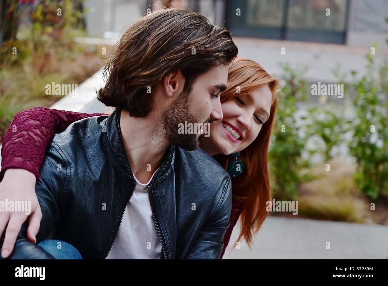 Millennial-Paar, nette junge Frau und Mann an einem Tag New York City offen Stockfoto