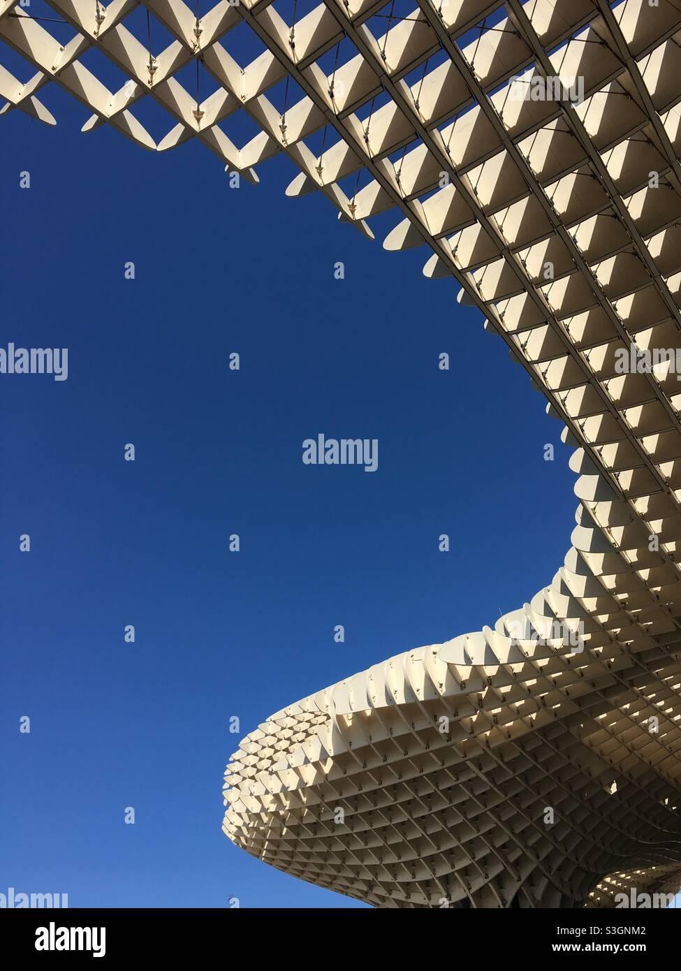 Las Setas, Sevilla. Die Sinuskurve der Holzstruktur. Stockfoto