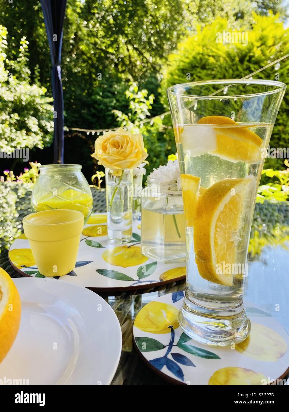 🍋 Zitronengetränk im Garten an einem sonnigen Tag von ☀️ Stockfoto