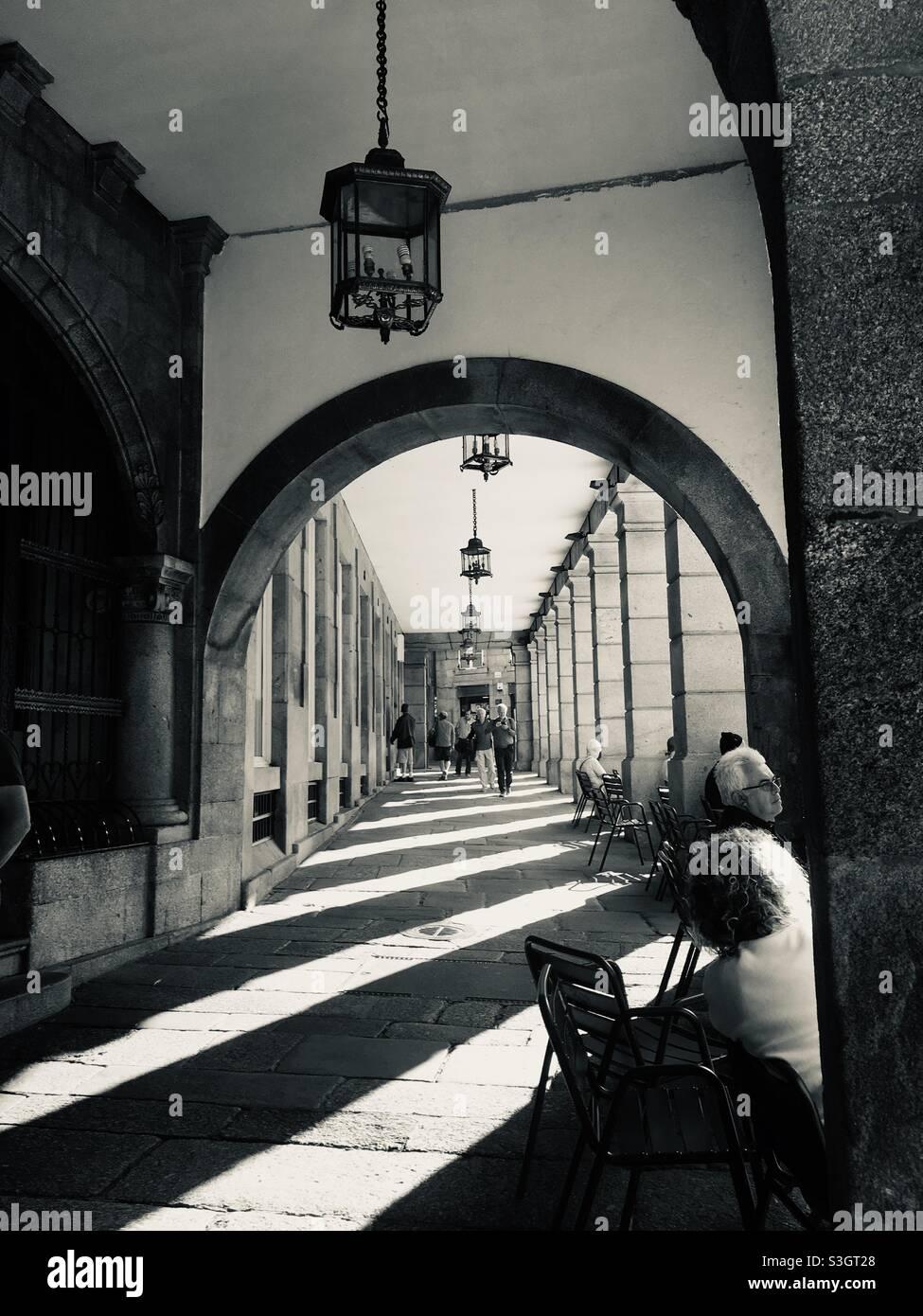 Außenarkade mit Schatten. Santiago de Compostela, Spanien. Stockfoto