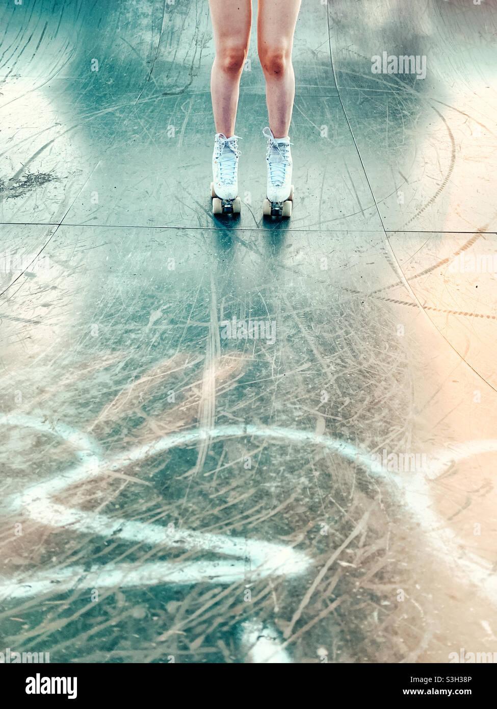 Junge Frauen beim Rollschuhlaufen Stockfoto