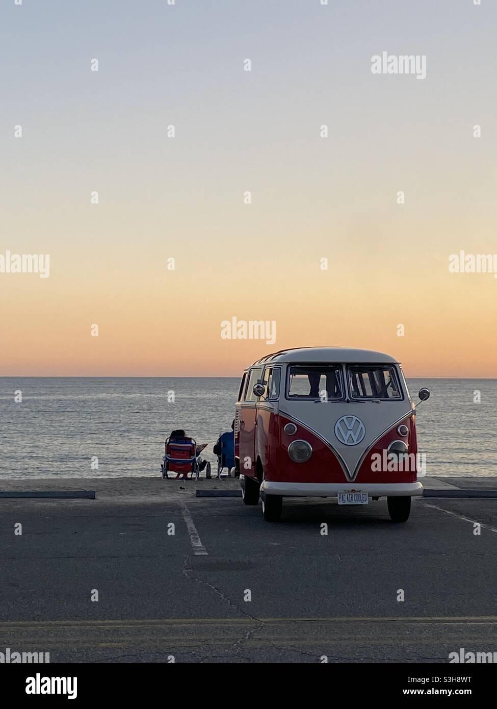 Roter VW Bus Sonnenuntergang Stockfoto