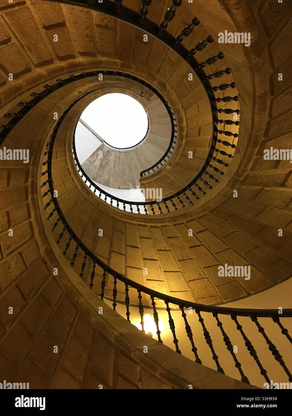 Wendeltreppe, direkt von unten gesehen, Museo del Pueblo Gallego, Santiago de Compostela, Spanien. Stockfoto